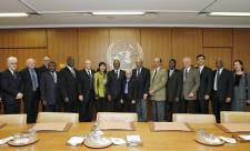 Secretary-General Kofi Annan (centre) meets the Chairman of the ACABQ, Susan McLurg, and other members of the Committee, at UN Headquarters in New York